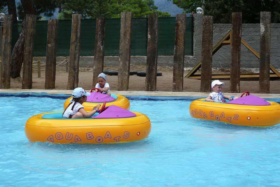 Дети могут покататься на лодочках с электромотором.