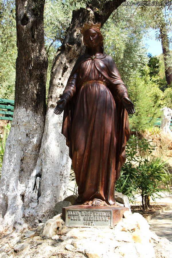 Скульптура Девы Марии от религиозного общества Измира.