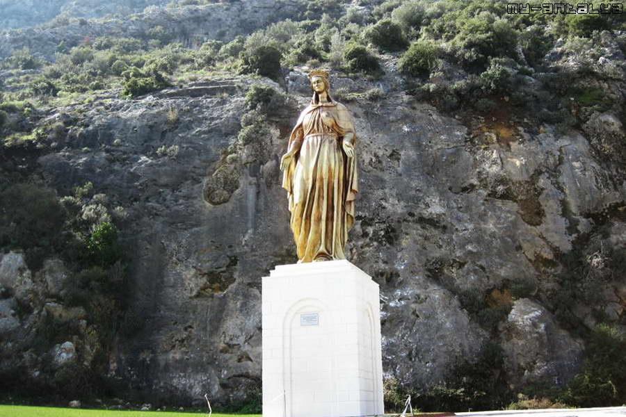 Памятник Деве Марии, установленный по дороге к домику.