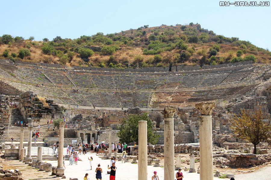 Грандиозное сооружение в Эфесе - большой амфитеатр.