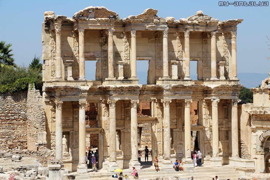 Самая известная достопримечательность древнего Эфеса - библиотека Цельсия.