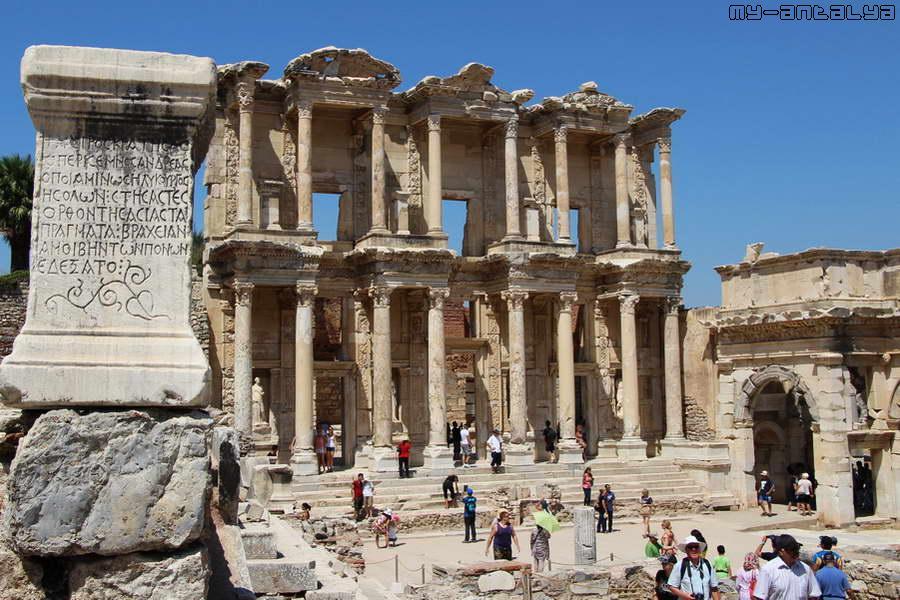У здания хорошо сохранился двухярусный фасад, украшенный колоннами.