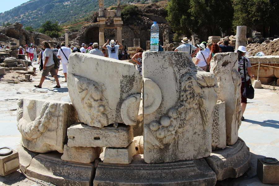 Византийский фонтан. Кто-то забыл бутылку с водой.