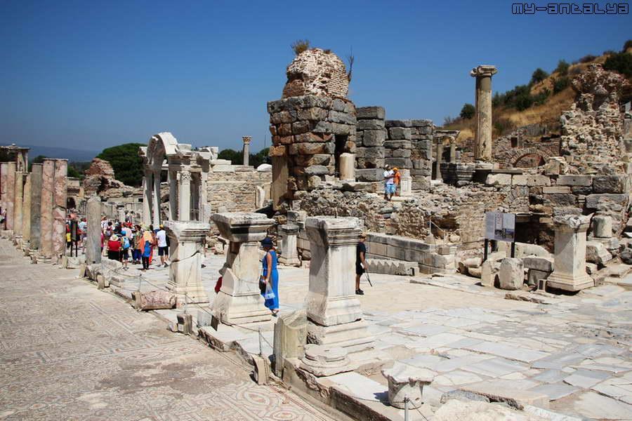Храм императора Адриана на улице Куретов.