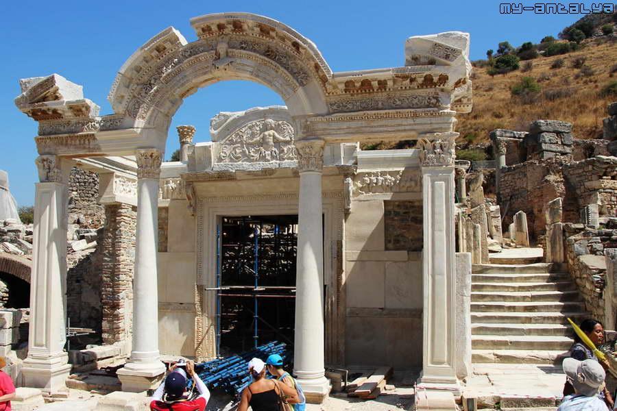 Сохранился фасад храма в виде центральных колонн, поддерживающих арку.