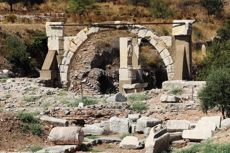 Храм, построенный в честь императора Домициана.
