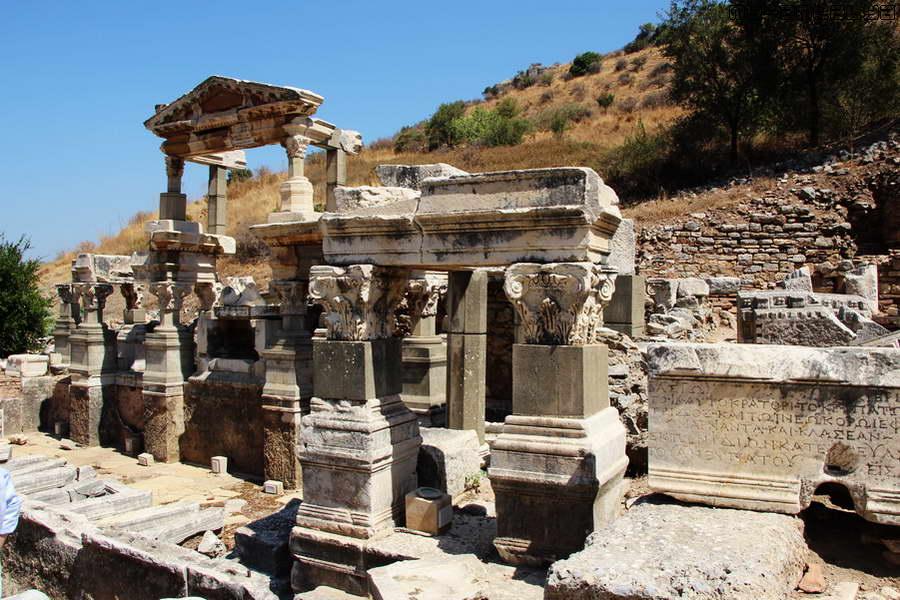 Источник (фонтан) Траяна построен в честь одного из императоров.