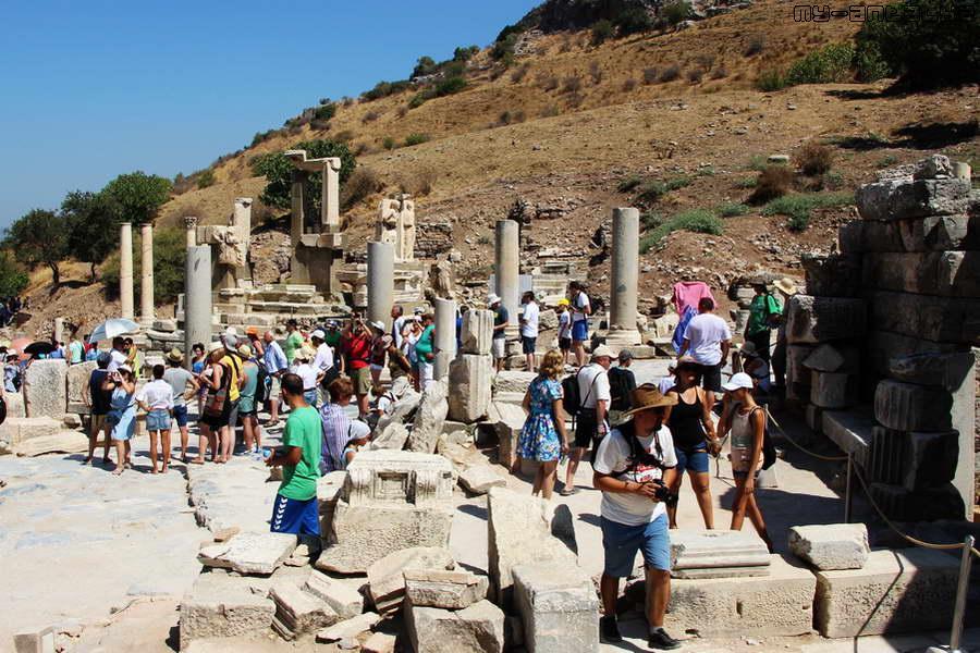 Мавзолей Меммиуса, был построен в честь внука римского диктатора Суллы Меммиуса.