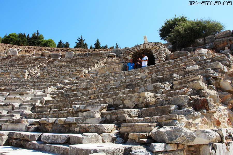 Амфитеатр был не только местом проведения концертов - здесь проходили заседания городского сената.