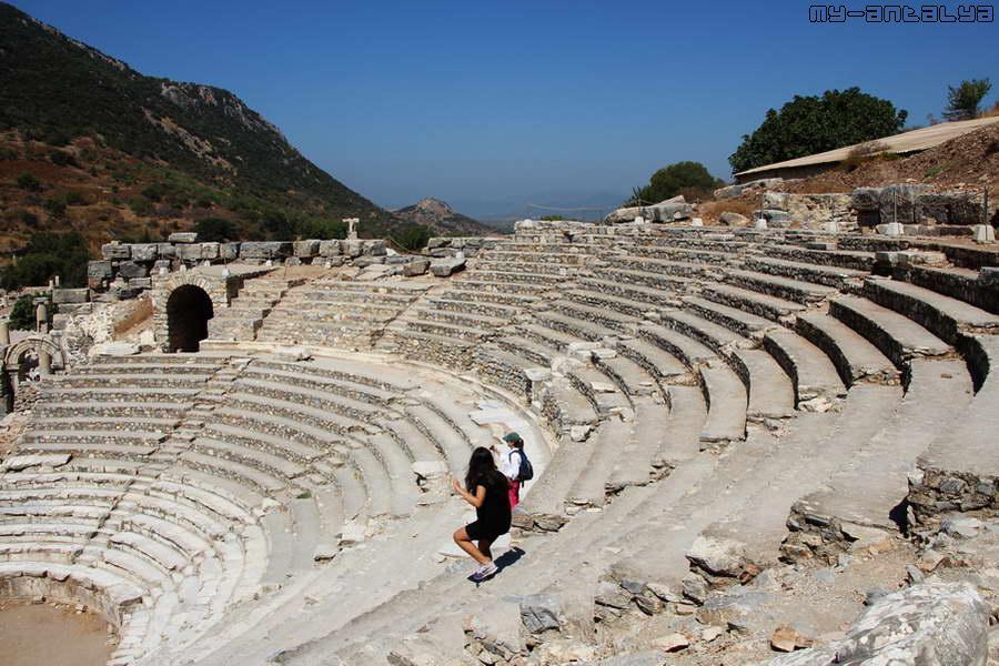 В амфитеатре размещалось около полутора тысяч зрителей.