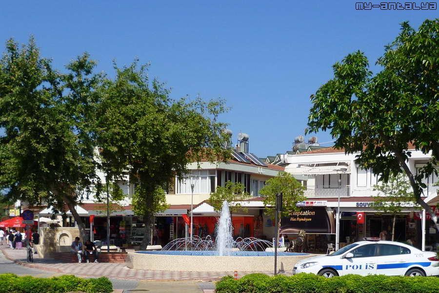Напротив центральной площади через бул. Ататюрка - еще один фонтан.
