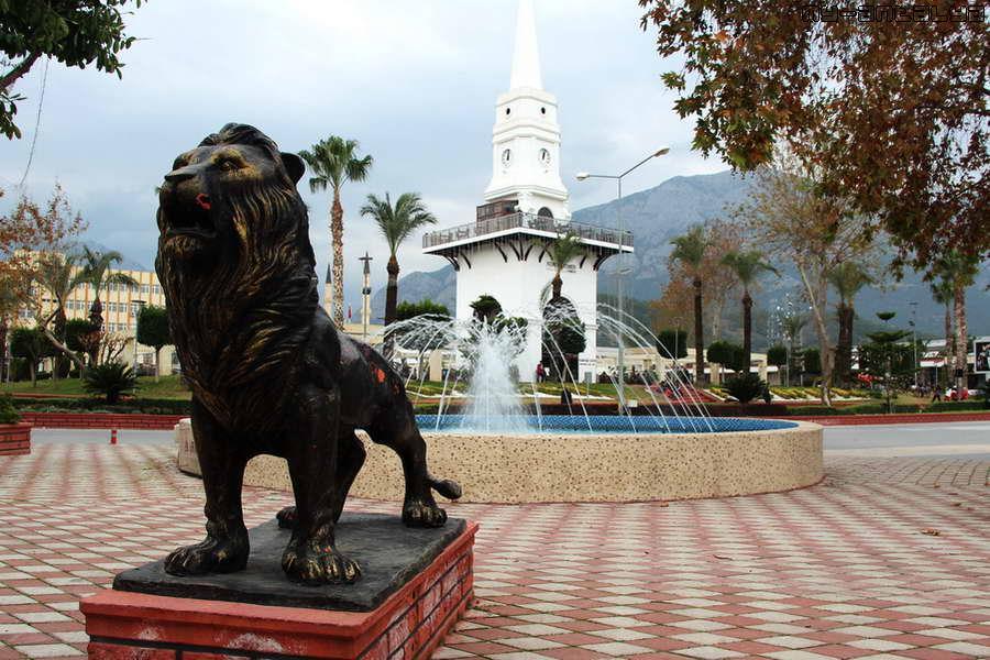 Рядом с фонтаном - скульптура льва.