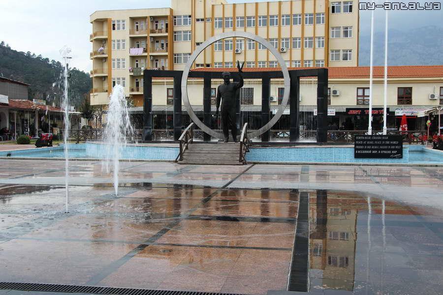 В центре Кемера расположен танцующий фонтан.