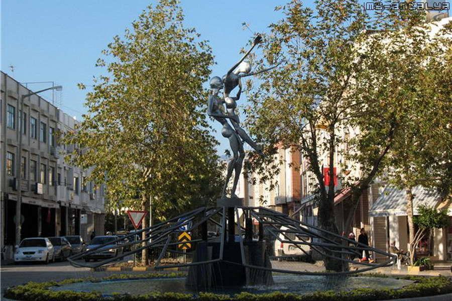 """В 2007г. фонтан """"Дождь любви"""" был установлен на пересечении бул. Ататюрка и ул. Лиман."""