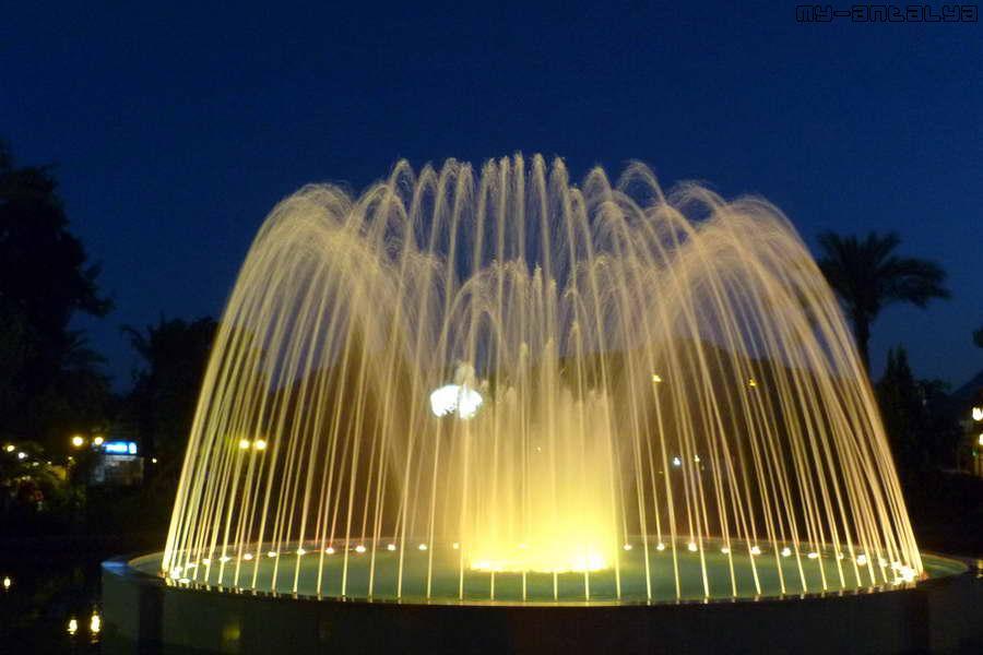 Вечером включается подсветка, и фонтан преображается.