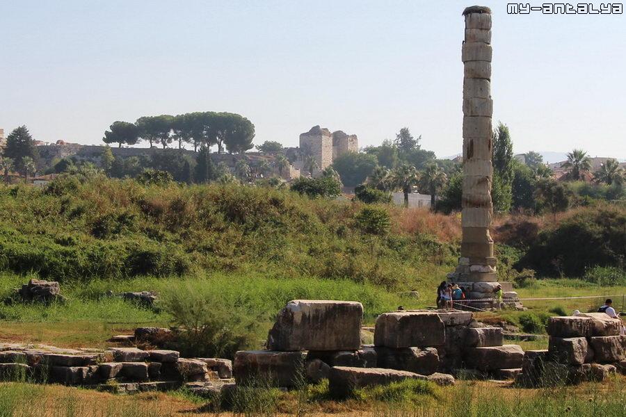 Одинокая колонна - все, что осталось от некогда величественного храма Артемиды.