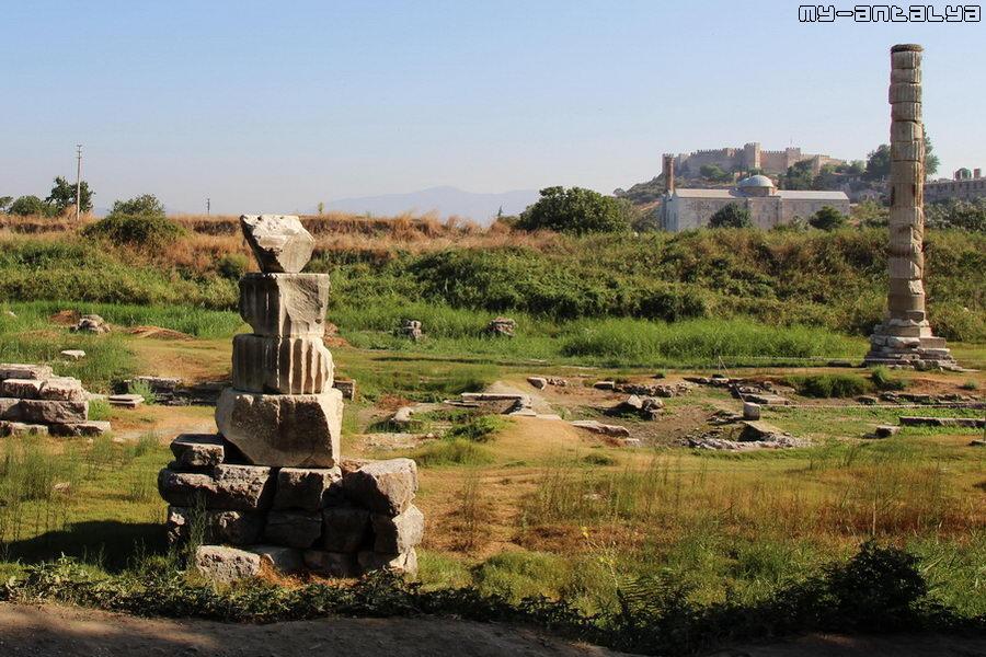 Неподалеку находятся мечеть Иса-Бей и Сельчукская крепость. Они видны на горизонте.