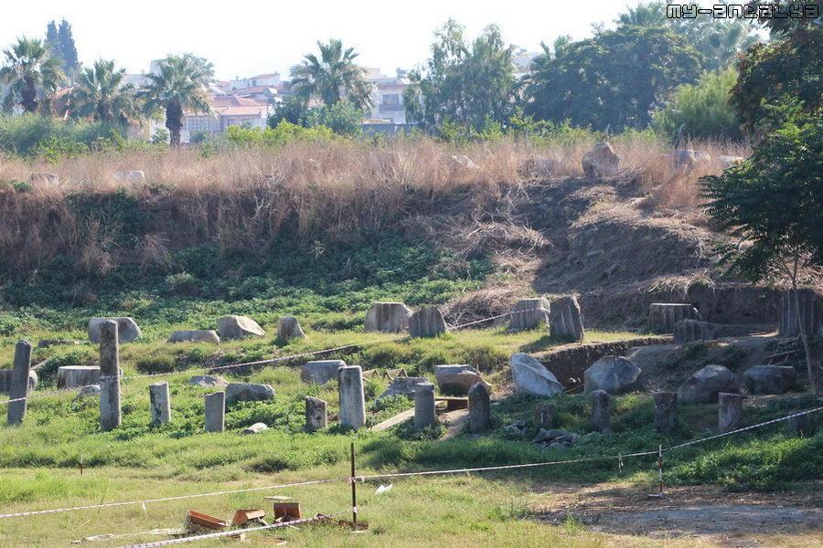 Найденные обломки археологи бережно складывают рядом.