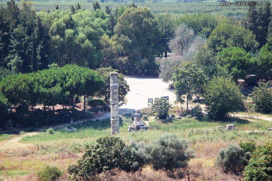 Вид на храм Артемиды с базилики Святого Иоанна.