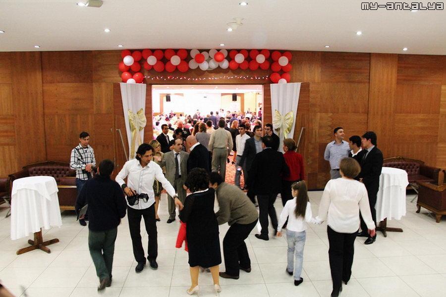 Гости идут в зал, в котором будет происходить праздничное мероприятие.