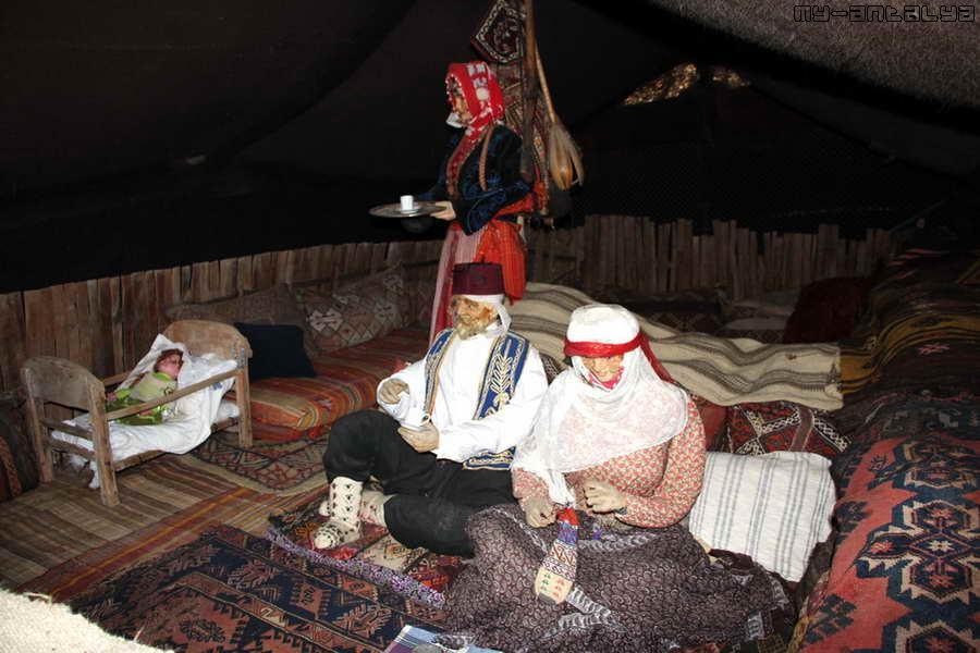 В одном из домиков воссоздан быт семьи кочевника.