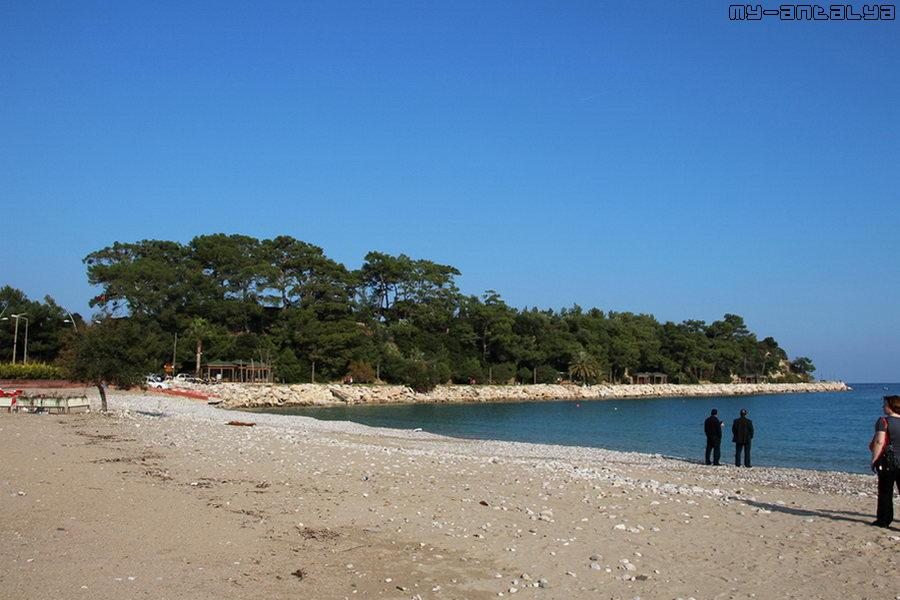 """Единственный в Кемере песчаный пляж """"Лунный свет"""" в солнечный день 1 января."""