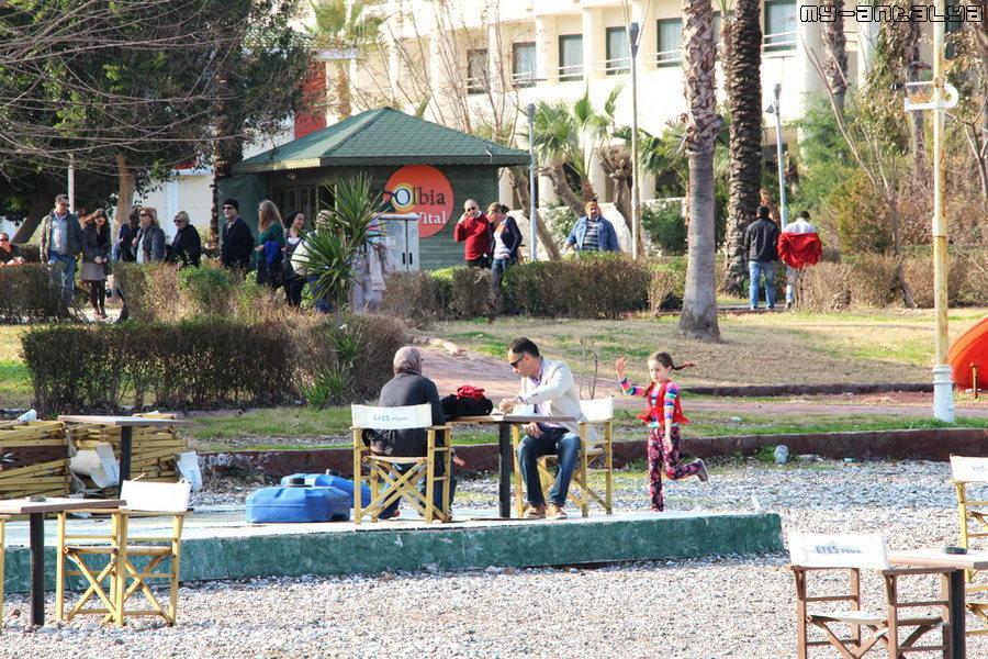 Вид на парк Олбиа с пляжа. Зима, январь. Когда-то на этом месте был аквапарк, который туристы упорно ищут до сих пор..