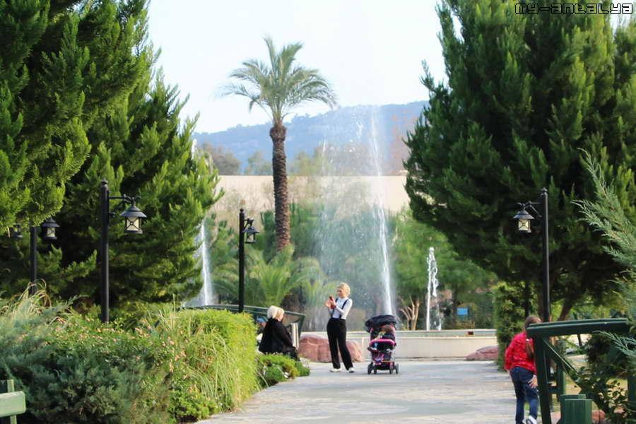 Еще один фонтан в парке. Неказистый такой.