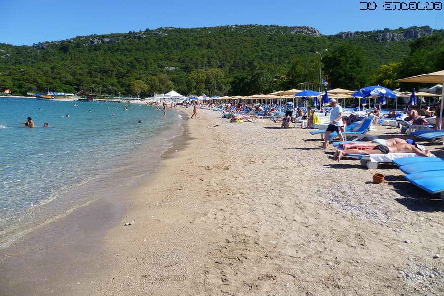 Песок здесь не очень. Повсюду вкрапления мелкой гальки. Но все же - это песчаный пляж.