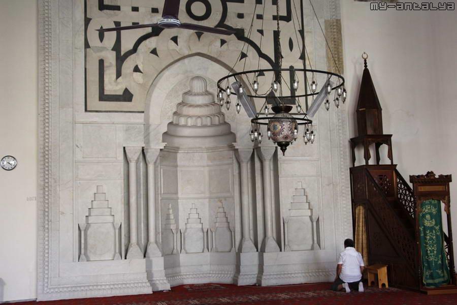 Сюда часто приходят помолиться верующие.
