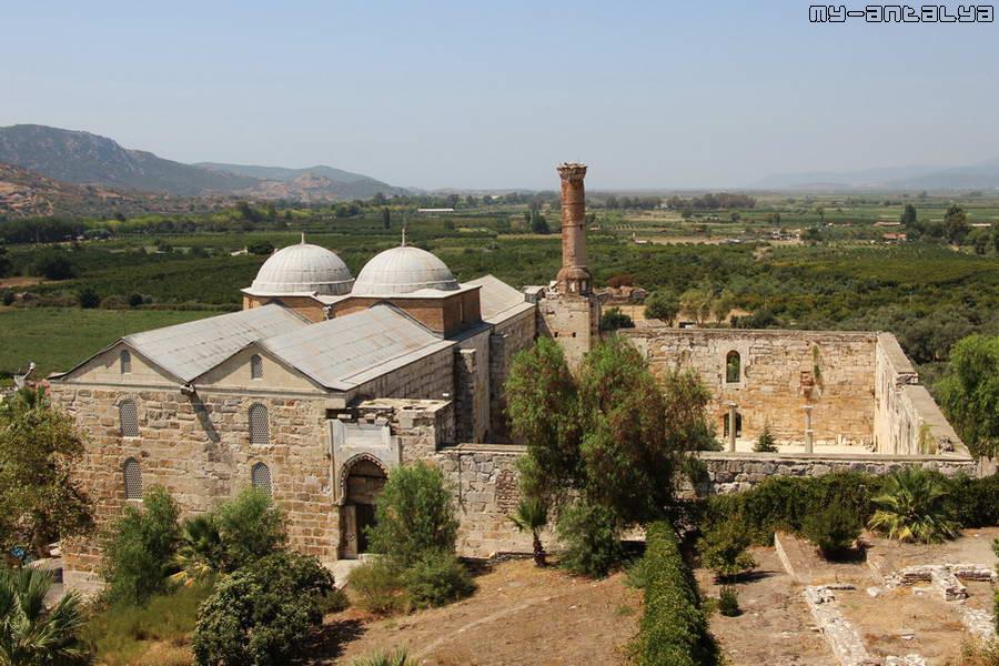 Так выглядит мечеть с развалин базилики св. Иоанна.