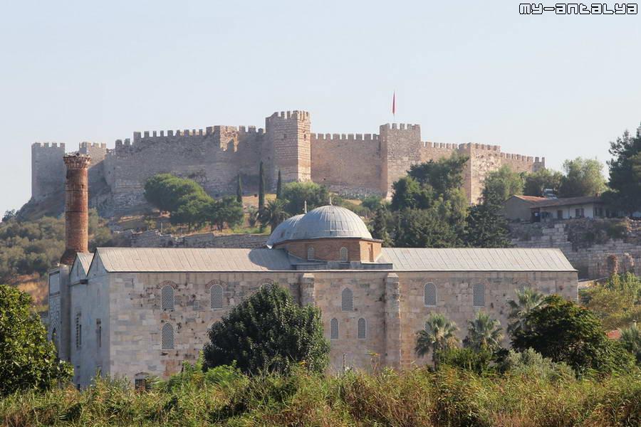 Вид на мечеть со стороны храма Артемиды. На заднем плане - крепость Сельчук.