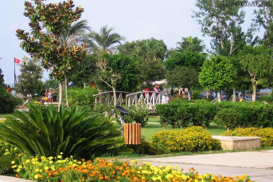 Территория парка зеленая и красивая, с ручейками и мостиками.