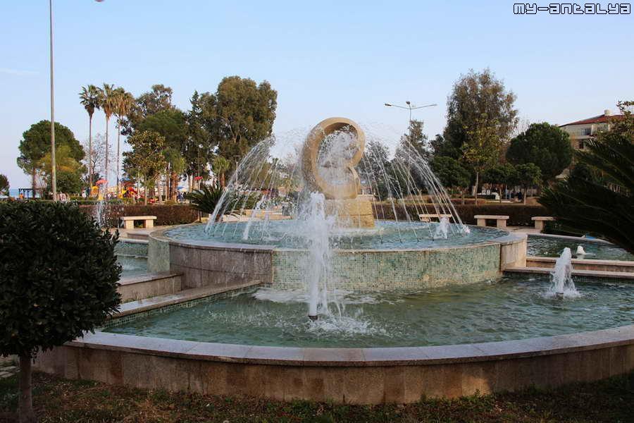 Парк украшает красивый фонтан.