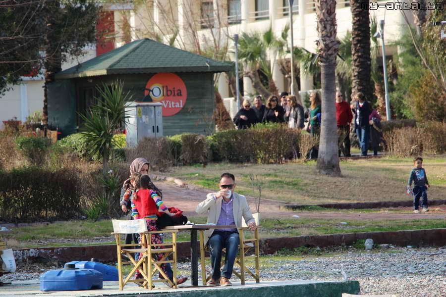 В находящихся здесь кафе можно перекусить и выпить стаканчик турецкого чая или чашечку кофе.