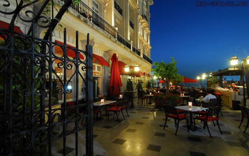 Открытая площадка отеля Pera Palace Hotel ночью