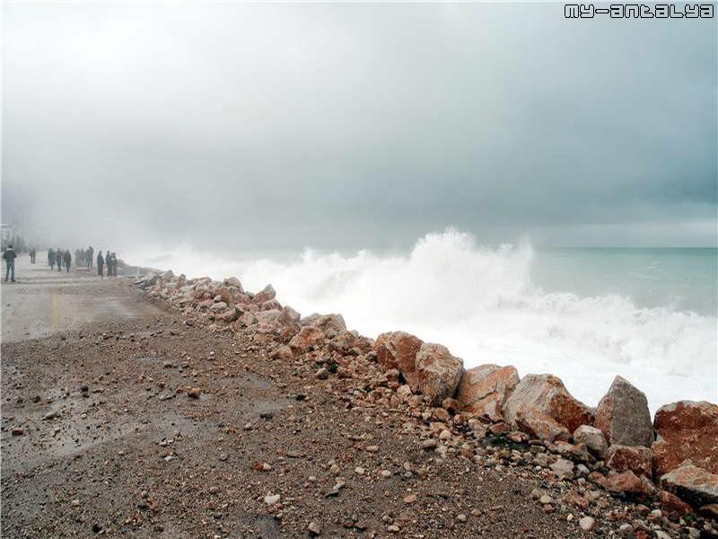 На набережной в Анталии много фоторепортеров, снимающих шторм.