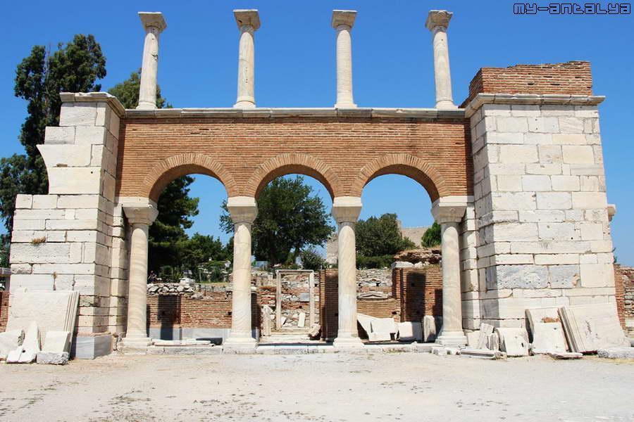 Базилика Иоанна Богослова является памятником архитектуры византийского периода.