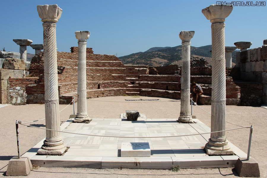 По преданию здесь, среди четырёх колонн, находится гробница, в которой погребён св. Иоанн.
