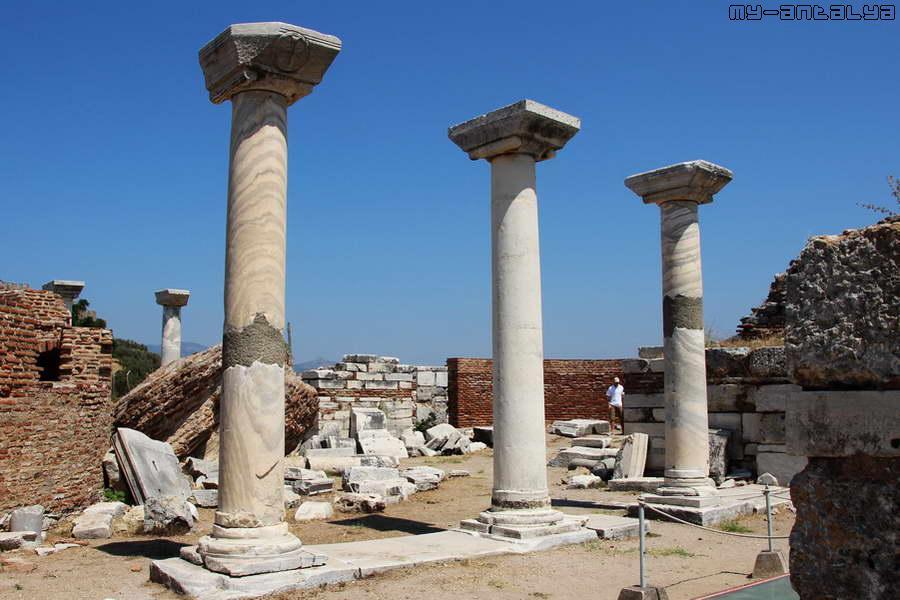 Колонны базилики.