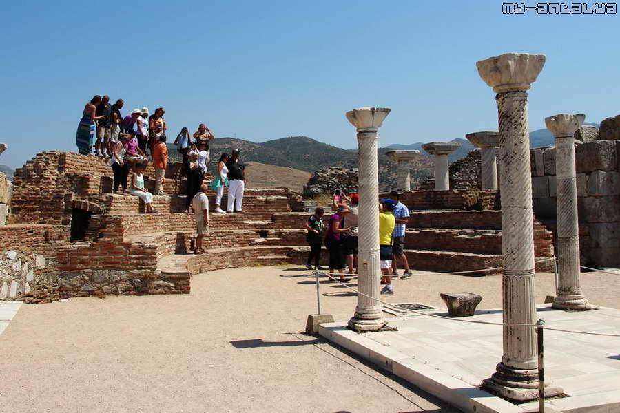 Апсида - полукруглый обращённый на восток выступ здания в христианских храмах.