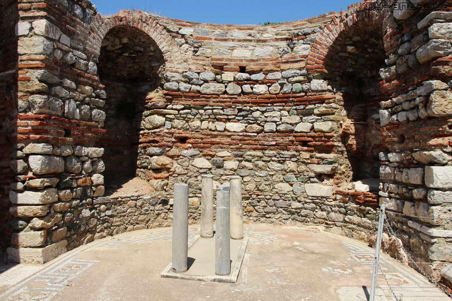 Круглое помещение сокровищницы, где хранились церковная утварь и ценные пожертвования для церкви.