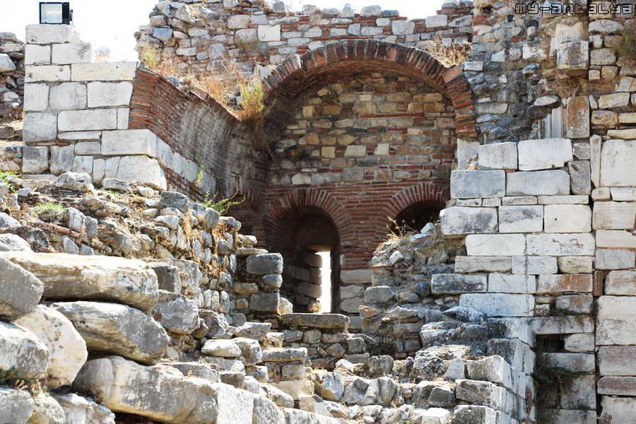 Так выглядит сохранившаяся стена крепости.