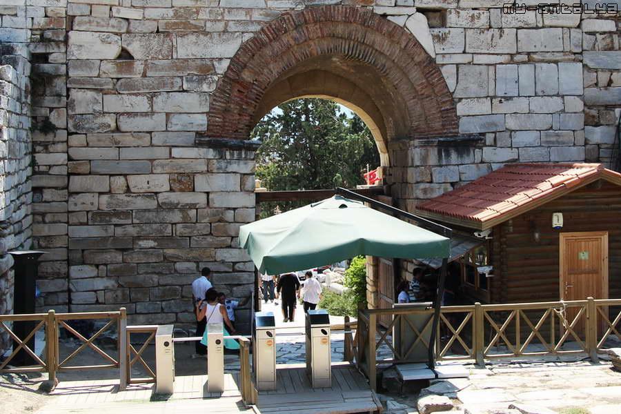 Сейчас через него проходят туристы, здесь находятся касса и турникеты.