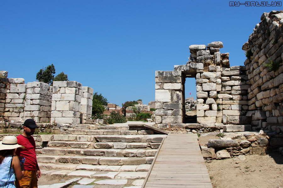 Монументальный вход. Расположен между Воротами гонения и базиликой св. Иоанна.