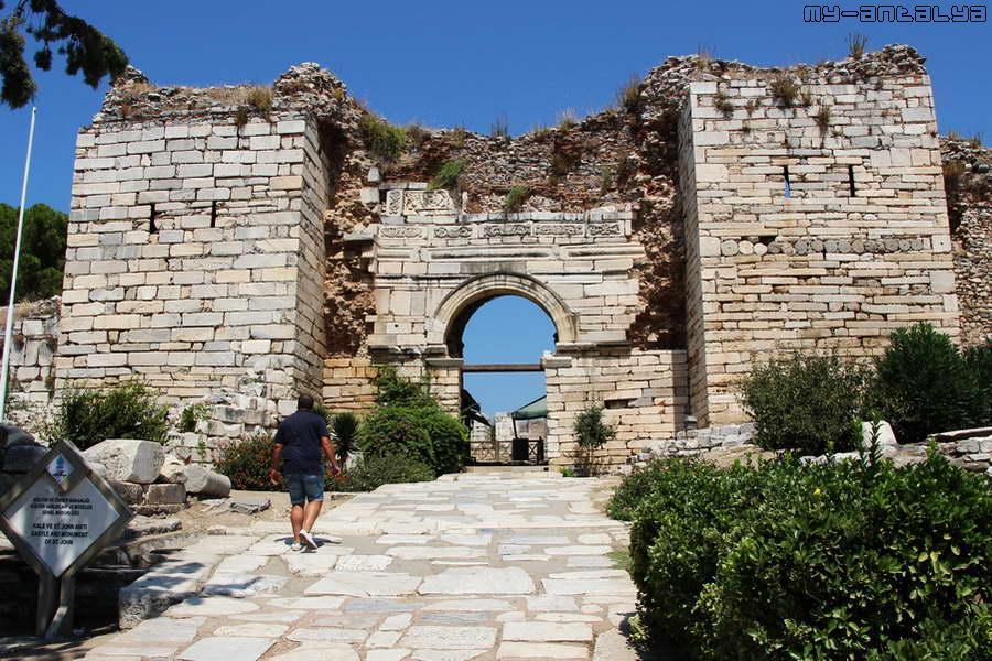 """Главными воротами в крепость являлся Южный вход, который носил название """"Ворота гонения""""."""