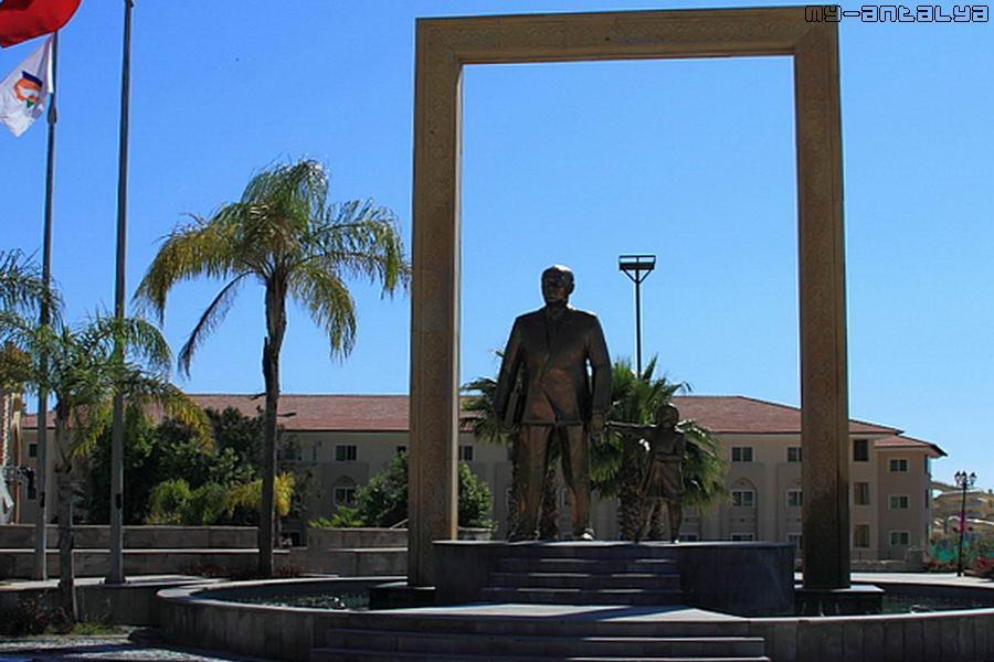 Памятник Ататюрку на центральной площади посёлка.